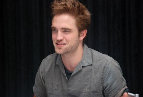 Robert Pattinson s-a distrat prima data cu prietenii dupa despartirea de Kristen Stewart