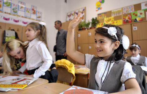Raport CE: Peste 60% dintre elevi studiaza obligatoriu doua limbi straine. Engleza e de baza