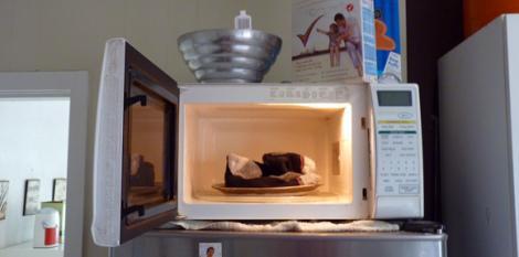 Ce poti face cu un cuptor cu microunde? Iti speli sosetele, desigur!
