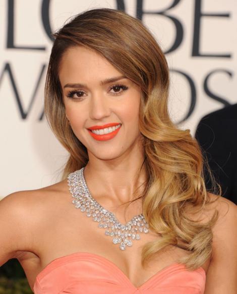 Jessica Alba a purtat un colier de 5.8 milioane de dolari la Premiile Golden Globe
