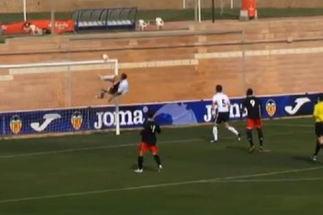 VIDEO: Zboara, fundasule, zboara! Isi salveaza echipa cu o interventie extraordinara