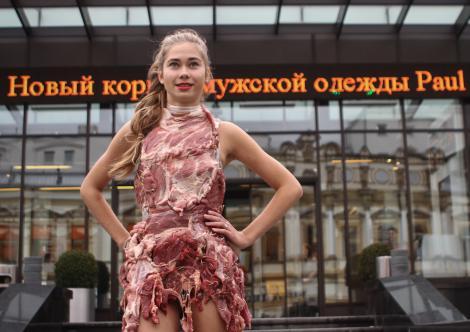 FOTO! Protest a la Lady gaga, in rochie din carne cruda