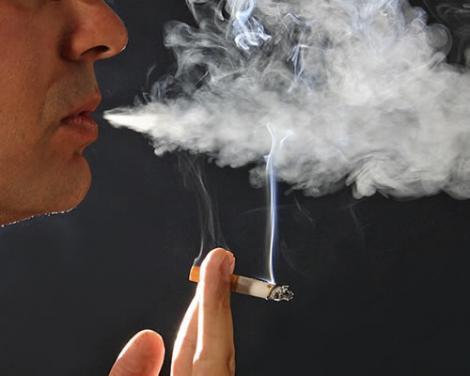 Ca sa evite chiulul: Un director le-a permis elevilor sa fumeze-n curtea scolii!