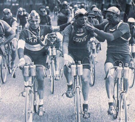 Acum se dopeaza, inainte fumau in timpul cursei! In 1920, Turul Frantei a oferit o imagine unica