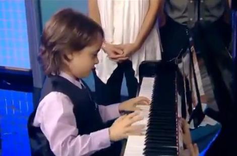 VIDEO! Prietenii lui cei mai buni, pianul si partiturile de Beethoven: are cinci ani si zece degete magice