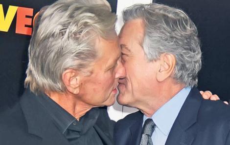 FOTO! De Niro si Douglas, sarut patimas la un eveniment din New York!
