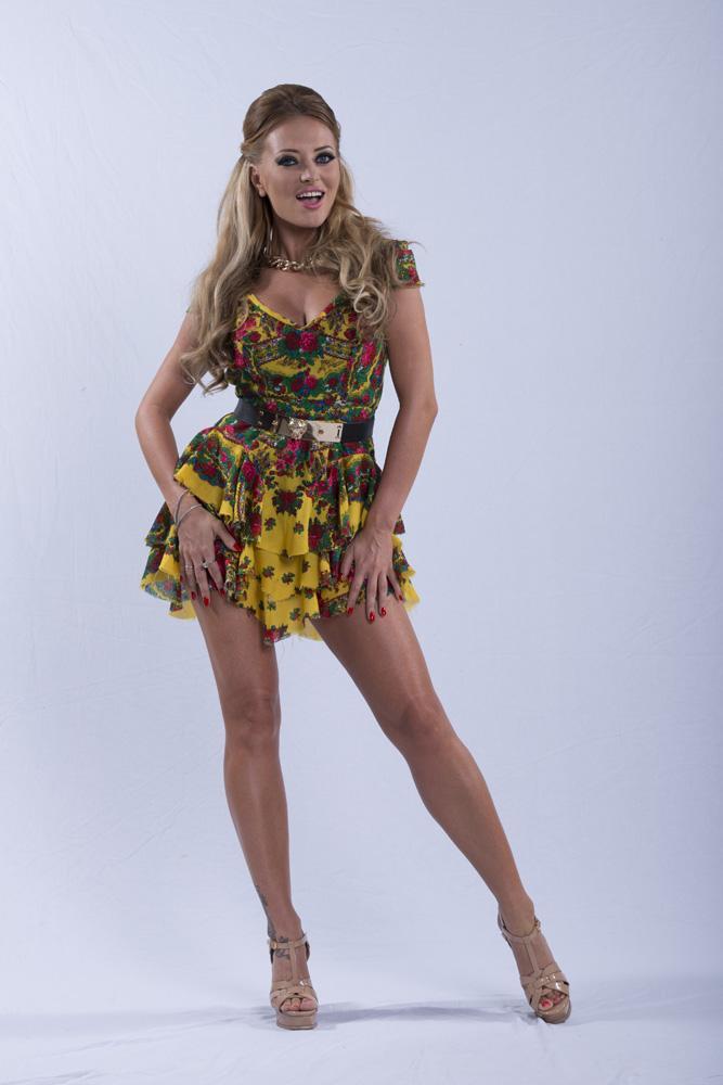 GALERIE FOTO! Delia, colorată ca daliile! Cele mai sexy ținute pe care le-a purtat jurata la super show-ul X Factor!