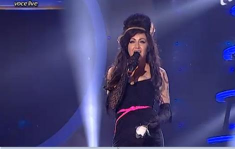 """Dalma Kovacs aduce """"marea descălţare"""" pe scenă şi intră impecabil în pielea regretatei Amy Winehouse"""