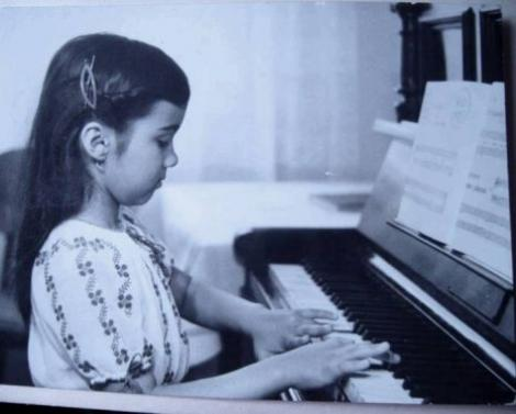 Fotografii cu Adriana Bahmuteanu, un copil frumos. Iata cum arata pe vremea cand era la gradinita!