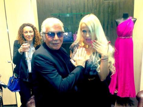 Anda Adam a dat lovitura! Roberto Cavalli, cu mana pe decolteul artistei la deschiderea primului magazin din Romania