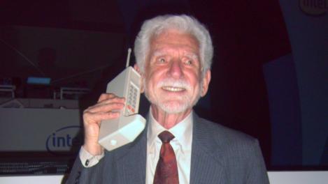 """3 aprilie 1973: Convorbirile telefonice """"la mobil"""" au implinit 40 de ani. Martin Coooper, """"pionierul"""""""