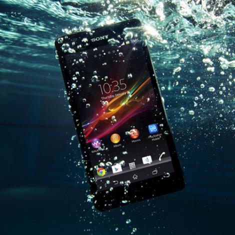VIDEO: Telefonul care face dus odata cu tine! Sony duce smartphone-ul la un alt nivel: Noul Xperia ZR filmeaza sub apa