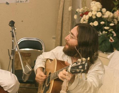 """Microfonul folosit de John Lennon pentru inregistrarea albumului """"Imagine"""", scos la vanzare"""
