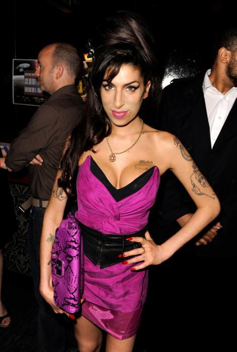 FOTO! Omagiu pentru Amy Winehouse. O vedeta de la noi s-a machiat precum cantareata britanica!