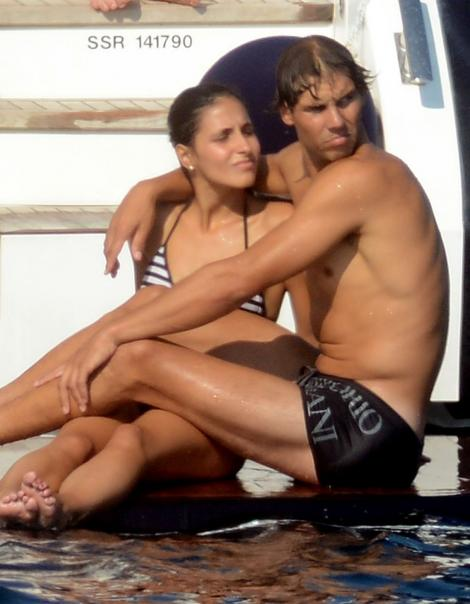 Rafael Nadal se alinta ca un copil in bratele iubitei sale