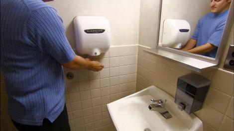 Cate bacterii iti lasa pe maini uscatoarele din toalete
