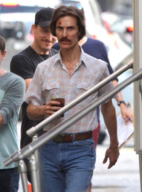 """VIDEO! Matthew McConaughey a slabit 20 de kilograme pentru filmul """"Dallas Buyers Club"""""""