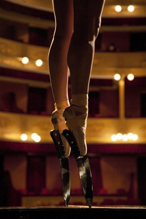 VIDEO! Culmea echilibrului? Sa dansezi pe muchie de cutit!