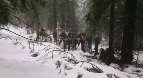 EMOȚIONANT! Localnicii au pus o cruce de lemn în locul tragediei