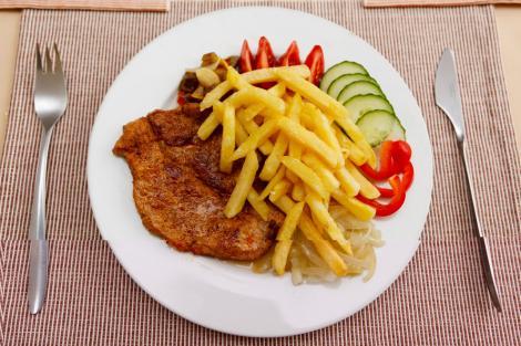Medicii atrag atenţia! Carnea combinată cu cartofi, un real pericol