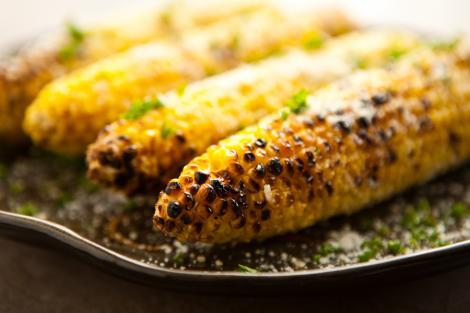 CE SE ÎNTÂMPLĂ dacă mănânci PORUMB timp de O LUNĂ? Nu îl vei mai privi LA FEL!