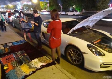 Copiii bogați VÂND eșarfe în stradă, dar conduc PORSCHE! Uite pentru ce STRÂNG BANI!