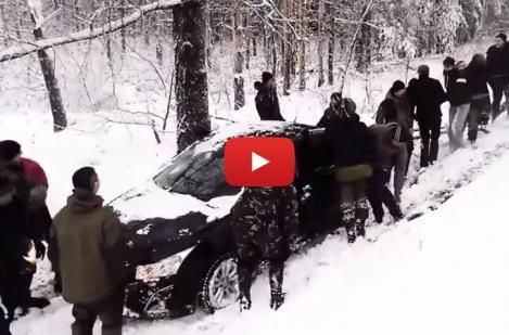 VIDEO: De câți RUȘI e nevoie pentru a SCOATE o mașină din șanț! Operațiunea a avut nevoie de PATRU ÎNCERCĂRI