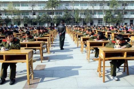 Galerie FOTO: Pe noi ne apucă râsul, dar ei, săracii, nici nu mișcă! Uite cum susțin elevii chinezi examenul maturității