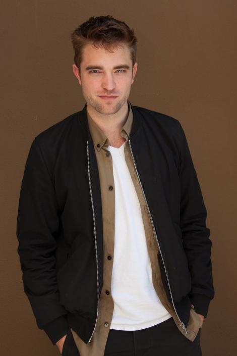 """Admiratori """"Twilight"""", priviţi aici! Din cel mai râvnit burlac de la Hollywood, Robert Pattinson s-a transformat într-un chelios urât: """"Din cauza ei e aşa"""""""