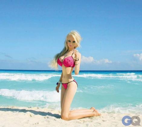 FOTO: Păpuşa Barbie UMANĂ, bătută MĂR de doi bărbaţi! S-a ales praful de operaţiile ei! Cum arată acum