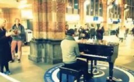 Un român a cântat imnul naţional la pian, în gara din Amsterdam. Reacția trecătorilor, impresionantă!