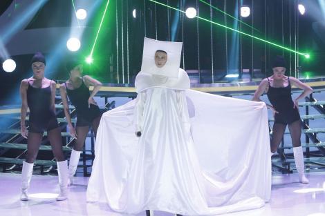 """De ce îi îndeasă Andreea Bănică pe cap lui Andrei Aradits """"panoul"""" lui Lady Gaga?"""