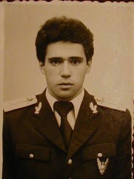 GALERIE FOTO! Tânăr militar, iubit de o țară întreagă. Ți-ai dat seama cine e în imagini?