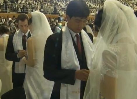 Nuntă la grămadă! 2.500 de tinere perechi s-au căsătorit pe un stadion