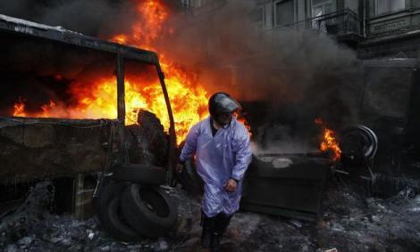 Preşedintele Ianukovici a anunţat reluarea negocierilor cu opoziţia, în speranţa stopării violenţelor din Kiev