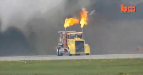 Cel mai rapid camion din lume scoate flăcări ca un dragon din poveşti