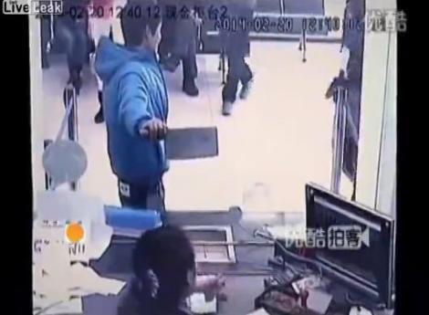 Angajata unei bănci a fost amenințată cu satârul, dar a izbucnit în râs