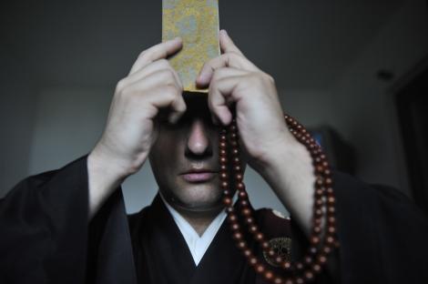 Preoţii-vraci curăţă credicioşii de bani, nu şi de boli