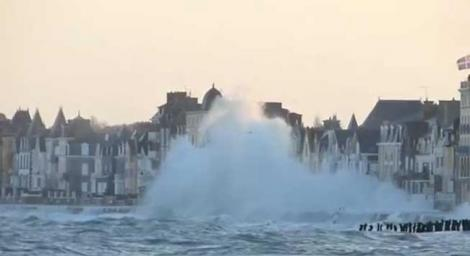 """VIDEO SPECTACULOS: Franţa, lovită de valurile """"supărate"""" ale Atlanticului"""