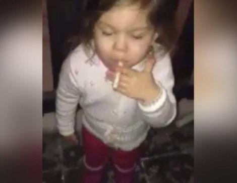 Scandalos! Un copil de 3 ani a fost pus să fumeze
