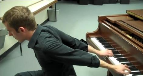 VIDEO! Peformanţă incredibilă: Cântă la pian cu mâinile la spate