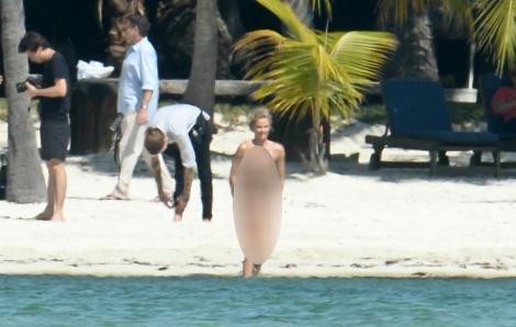 Cum arată Charlize Theron în costum de baie?
