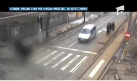 IMAGINI ȘOCANTE! Bolnav de epilepsie căzut pe stradă, ignorat de trecători