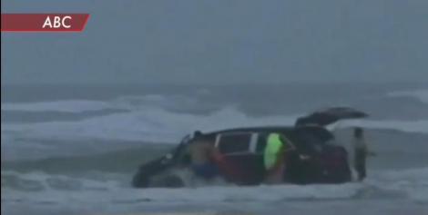 O americancă a vrut să-şi scufunde maşina în ocean, cu tot cu copiii ei la bord