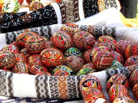 Sărbătoarea Învierii Domnului se apropie. Încodeiatul ouălelor, tradiţie străveche de Paşte