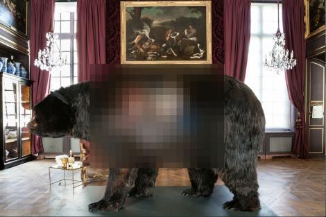 """Artă sau nebunie?! Un bărbat """"locuieşte"""" de două săptămâni în interiorul unui urs!"""