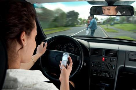 VIDEO: Trimiţi SMS-uri când CONDUCI? CLIPUL ăsta o să te convingă să nu te mai atingi de telefon