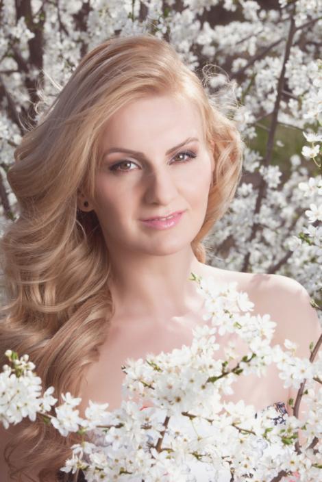 De Paște, Natalia Selegean respectă tradiția românească. Cântăreața încondeiază ouă îmbrăcată în port popular