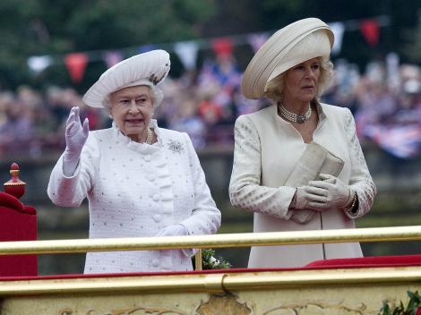 Regina Elisabeta a II-a i-a făcut un cadou inedit papei Francisc