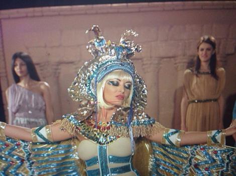 Delia şi Radu Mazăre s-au deghizat în Cleopatra şi Cezar pentru videoclipul imnului staţiunii Mamaia